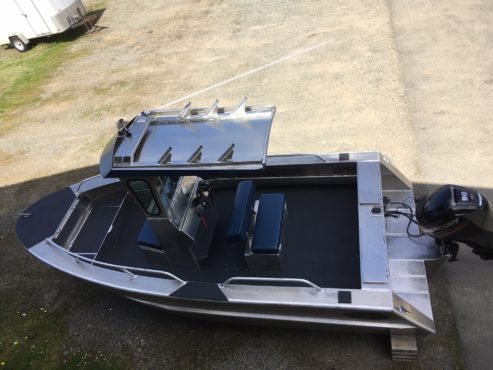 Boat with centre console and outboard motor